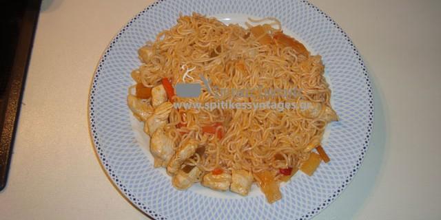 Κοτόπουλο με noodles και γλυκόξινη σάλτσα